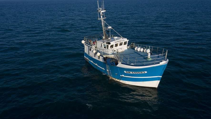 bateau bleu sur la mer